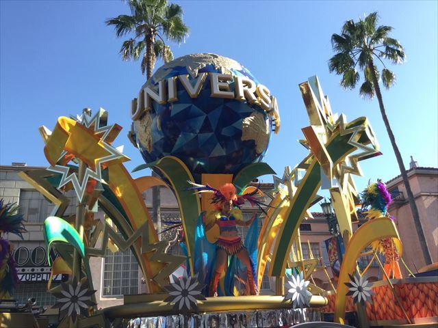 USJハロウィン「フェスタデパレード」の様子、ユニバーサルスタジオの地球のマーク、横から撮影