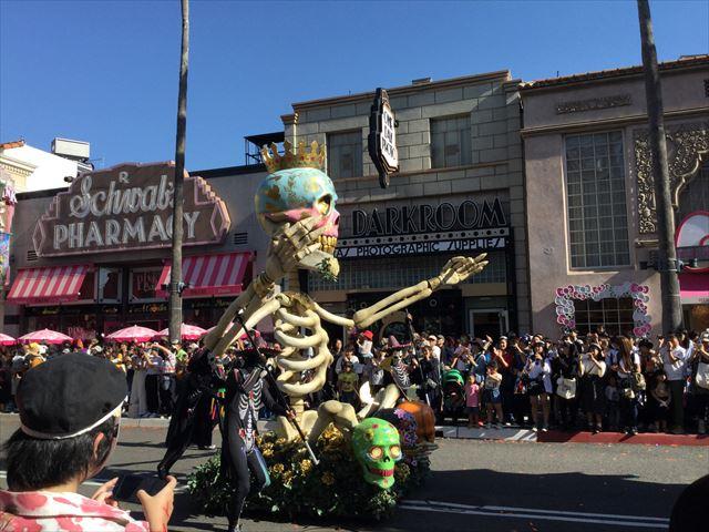 USJハロウィン「フェスタデパレード」の様子、アートな骨