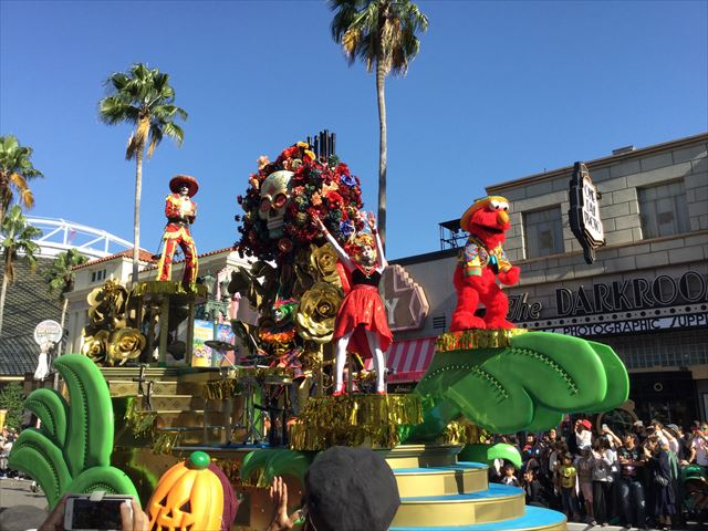 USJハロウィン「フェスタデパレード」の様子、セサミストリートのエルモのゴンドラ
