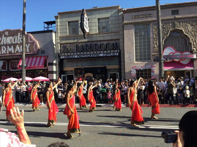 USJハロウィン「フェスタデパレード」の様子、民族衣装でダンス