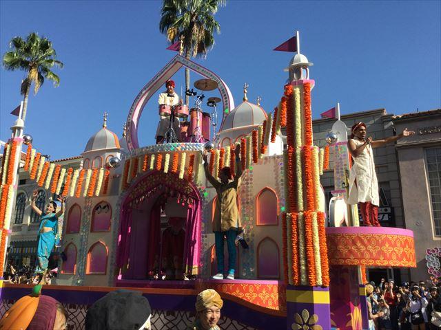 USJハロウィン「フェスタデパレード」の様子、キティちゃんのゴンドラ