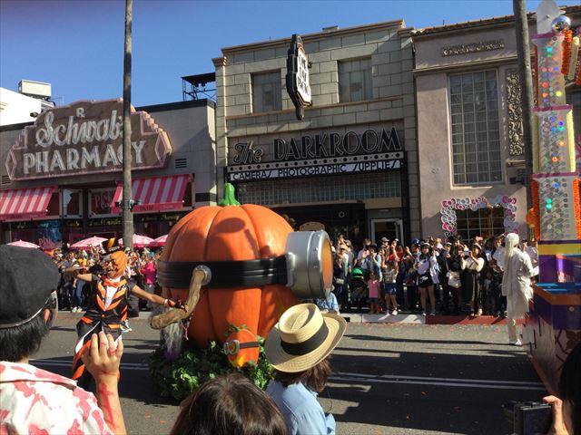 USJハロウィン「フェスタデパレード」の様子、ミニオンズのスチュワートがカボチャカラーになっている