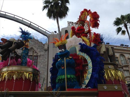 「パレード・デ・カーニバル」エルモ&クッキーモンスター