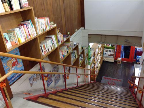 クレヨンハウス階段