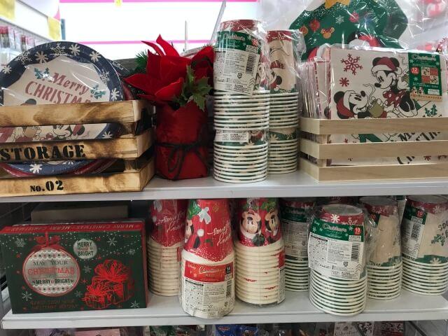 ダイソー「ディズニークリスマス柄の紙皿や紙コップ」