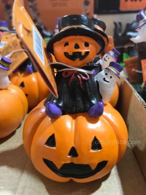 ダイソーのハロウィングッズ「かぼちゃの上にかぼちゃの人が乗った置物」