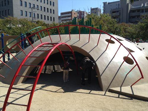 江坂公園の遊具・雲梯とトンネル