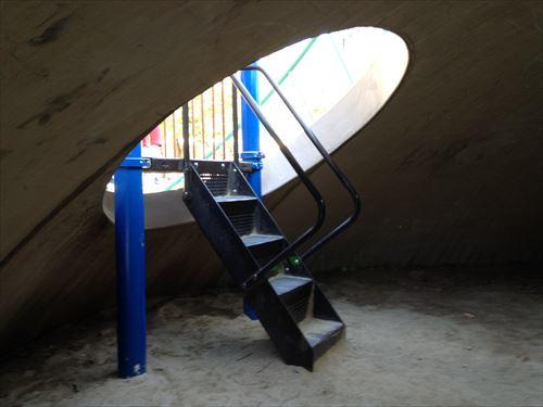 江坂公園の遊具・山の中、トンネル