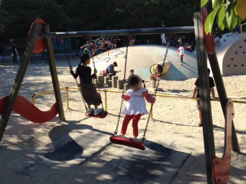 江坂公園の遊具・ブランコ2