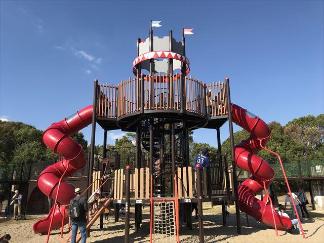 深北緑地「とりで広場」中央の滑り台付き複合遊具