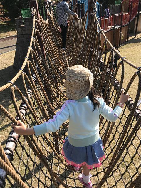 深北緑地「とりで広場」縄梯子を渡る娘