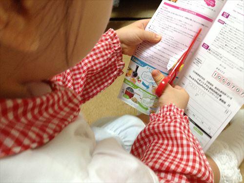 ハサミを使う3歳児(幼児)