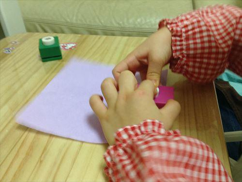 クラフトパンチを押す3歳児(幼児)の様子