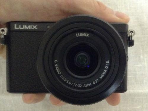 Panasonic デジタル一眼レフカメラ「LUMIX DMC-GM1K」を手に持ったの様子