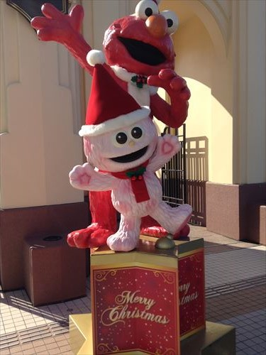 USJクリスマスデコレーション入口・エルモとモッピー