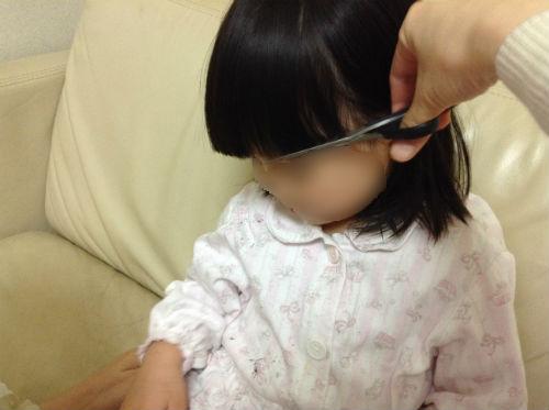 3歳児の髪の毛(前髪)を切る様子