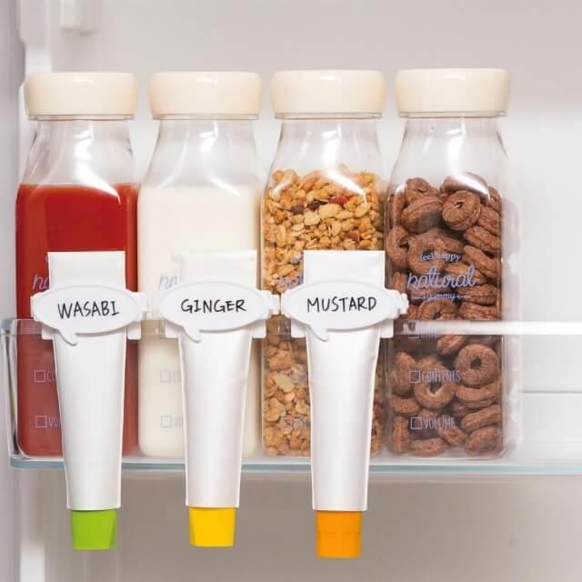 キャンドゥ「冷蔵庫収納グッズ2020」ひっかけられるチューブしぼり、ミルク型保存ボトル。