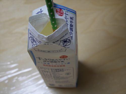 牛乳とケフィア菌をまぜる