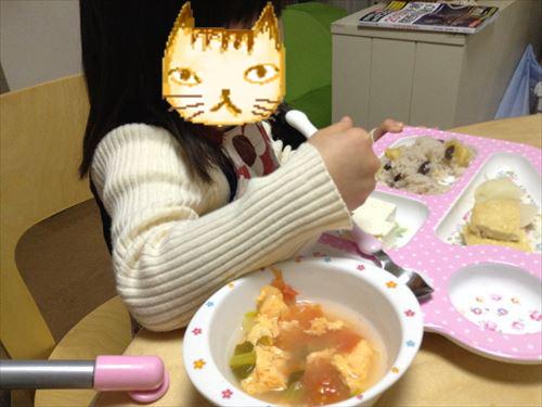 キャスキッドソンのワンプレートトレイで食事をする子供