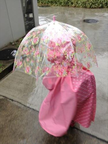 ミキハウスの幼稚園用レインコート・リュックをしてレインコートを着た様子