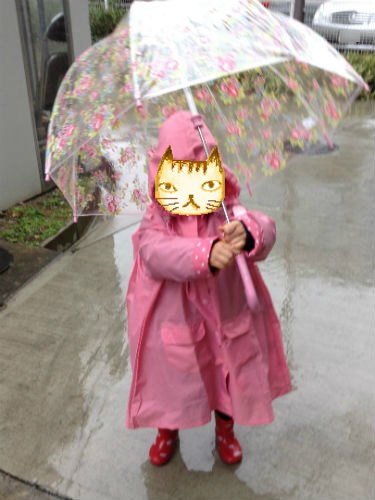 ミキハウスの幼稚園用レインコート・レインコートを着た娘