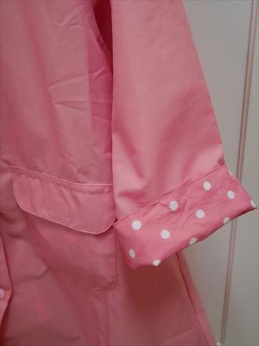 ミキハウスの幼稚園用レインコート・袖口を折り返すと水玉になっている