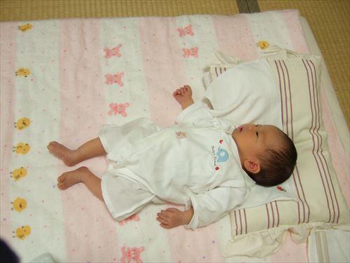 「赤ちゃんの城」の肌着を切る赤ちゃん