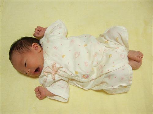 「赤ちゃんの城」の肌着を着る娘