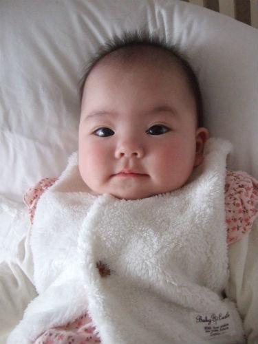 赤ちゃんの城の白いベストを着る娘