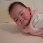 「赤ちゃんの城」のベストを着る娘