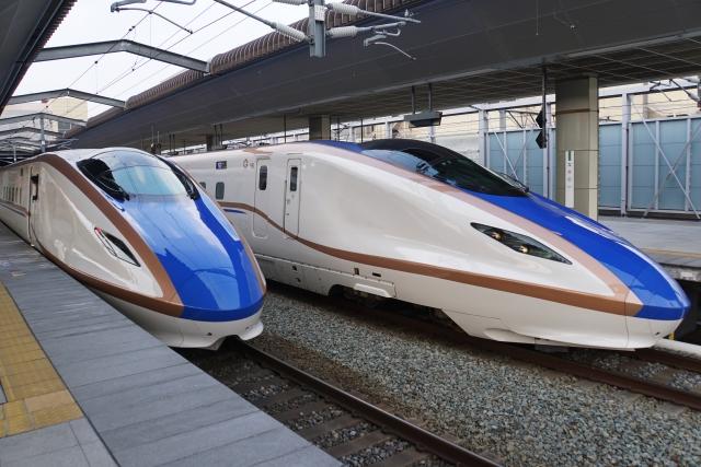 北陸新幹線2台、ホーム