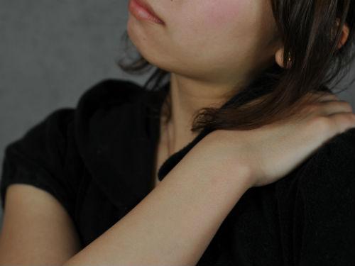 肩こりをほぐすための肩もみ