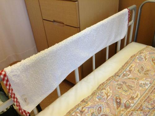 入院ベッドで濡れタオルを置き加湿