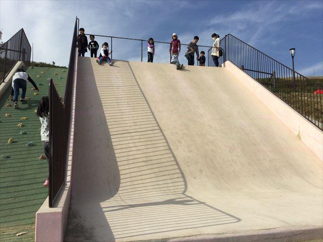 「彩都なないろ公園」石の滑り台