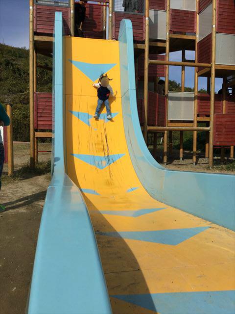 「彩都なないろ公園」80度滑り台「Wフリーフォール」を滑る娘