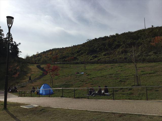 「彩都なないろ公園」丘でお弁当を食べる