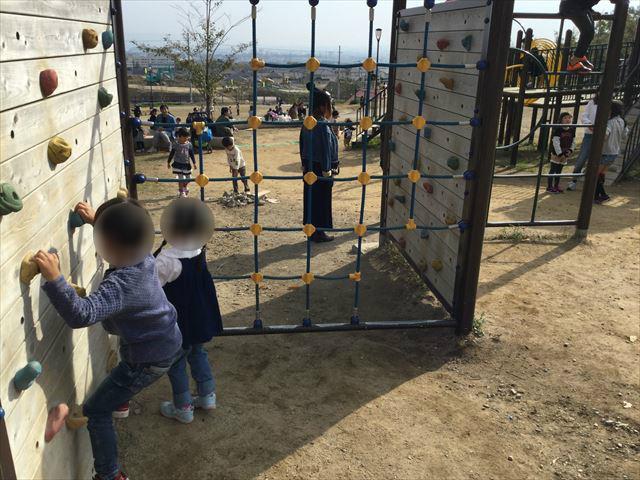 「彩都なないろ公園」複合遊具、ボルダリング