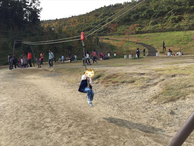 「彩都なないろ公園」ロープぶら下がって移動するアスレチック風遊具