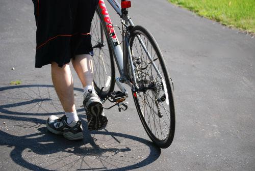 自転車を押している様子