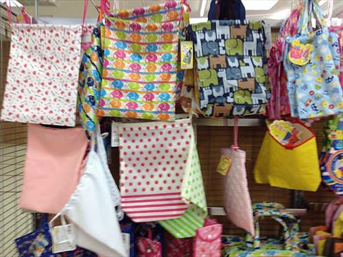 一般の雑巾は4枚セット。学校用雑巾は3枚セット。マイクロファイバー厚手雑巾は2枚セット・巾着袋