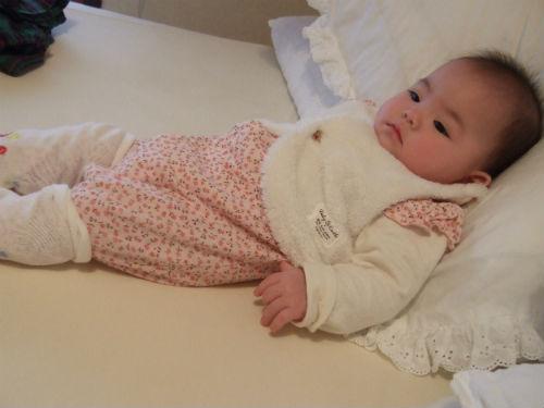 カバーオールとルーズソックスの赤ちゃん