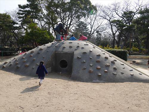 住吉公園児童遊戯場・6歳~12歳遊具・小学生向け・石の山