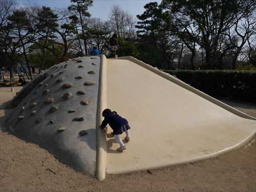 住吉公園児童遊戯場・6歳~12歳遊具・小学生向け・石の山滑り台側