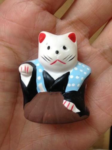 左手を挙げた招き猫