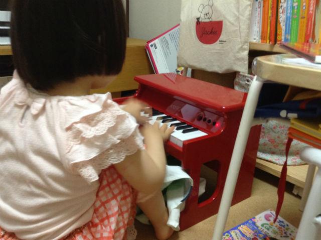 子供がピアノを弾いている様子