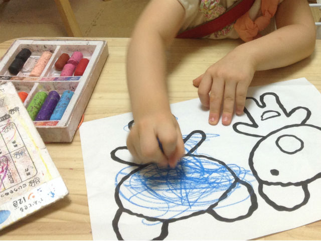 子供が塗り絵をしている様子