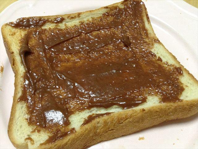 ミルキッシュジャム「菓子s(カシス)パトリー」チョコをパンに塗った様子