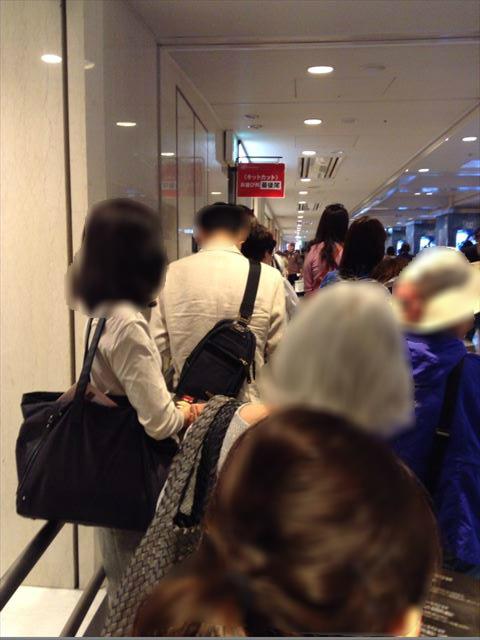 キットカットショコラトリーを購入する為に行列に並んでいる様子