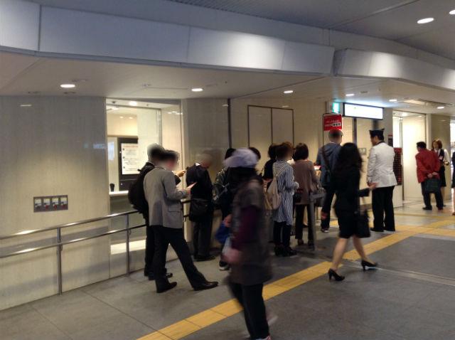 梅田大丸「キットカットショコラトリー」を買うために並ぶ行列