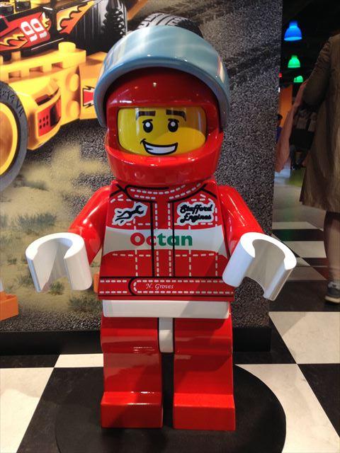 「レゴランドディスカバリーセンター大阪」のエリア内巨大レゴ人形